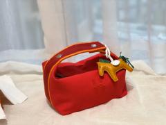 HERMES 最新的小爆款 洗漱包又叫饭盒包 非常的精致可爱 可拎可挽容量大 价格也是很亲民 大红