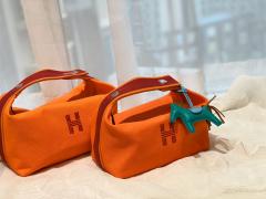 HERMES 最新的小爆款 洗漱包又叫饭盒包 非常的精致可爱 可拎可挽容量大 价格也是很亲民  橙色